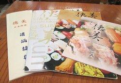 三份餐牌和一本厚餐簿