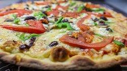 VEGETΑRIAN Σάλτσα τομάτας, τυρί, μανιτάρι, πιπεριά, ελιά, φέτα, φέτες τομάτας.