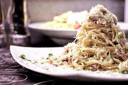 CARBONARA - ΕΛΛΗΝΙΚΗ Σπαγγέτι, μπέικον, πιπεριά, λευκή σάλτσα, παρμεζάνα