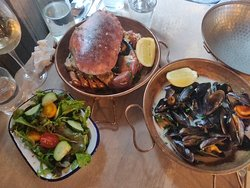 Crab, mussels and a side salad 🤤