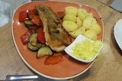 Zanderfilet mit Gemüse und Salzkartoffeln