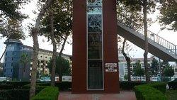 """Лифт на пешеходный мост через трассу, ведущую в Аланью. С одной стороны от него - отель SAPHIR, с другой - ТЦ """"Тайм"""""""