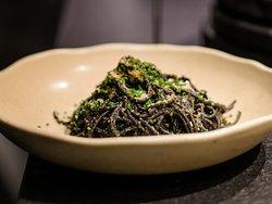 Чёрные спагетти с креветками, кальмаром в томатном соусе с анисом