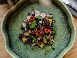 Салат с чёрным рисом, манго и креветками