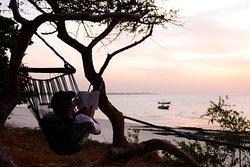 Orango Parque Hotel está ubicado frente a la playa, y permite disfrutar de los atardeceres.