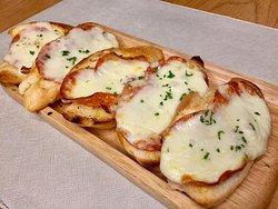 Crispy Pepperoni garlic cheese bread