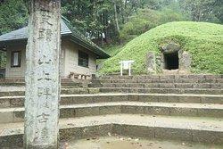 頑張って石段を登り切ると石段の上には石碑が保管された小屋とすぐ隣に山上古墳がありました。