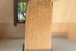 こちらの石碑はは和銅4年に多胡郡が上野国の新しい郡として建郡されたことを記念して建てられた石碑です。 朝廷の弁官局からの命令により羊という渡来人と思われる人物に多胡郡を任せると言った内容だそうです。