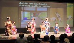 """~舞踊団花童「茶の舞」~ わくわく座では「ラグビーワールドカップ 2019 熊本大会」に引き続き、「2019 世界女子ハンドボール世界 選手権大会」においても、海外からお越しのお客様へ向けてのおもてなしとして、茶道と日本舞踊のコラボ舞台「茶の舞」を開催致します。  ~ dance troupe HANAWARABE """"Cha no Mai"""" ~ In Wakuwakuza, following the """"Rugby World Cup 2019 Kumamoto Tournament"""", the """"2019 World Women's Handball World Championship Tournament"""" will also serve as a hospitality for customers coming from overseas. And the Japanese dance stage """"Cha no Mai"""" will be held."""