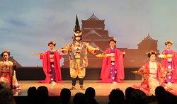 """「茶の舞」は、日本の伝統文化である茶道と日本舞踊をこれまでにない新たな視点から融合させた舞台で、日本 の歴史・文化の魅力はもとより、肥後熊本の魅力を海外のお客様へ発信したいとの思いで創作されたものです。 ぜひこの機会に日本の美しい歴史文化を可憐な少女たちが彩り華やかに舞う姿にご注目下さい。  """"Cha no Mai"""" is a stage that blends traditional Japanese tea ceremony and Japanese dance from a new perspective that has never been seen before. It was created with the desire to send to. Please take this opportunity to pay attention to the appearance of pretty girls in beautiful Japanese historical culture."""
