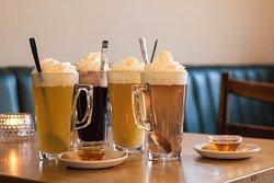 Ob nach einem langen Winterspaziergang draußen oder an einem gemütlichen Sonntag auf der Couch. Ein warmes Getränk darf in dieser Jahreszeit nicht mehr fehlen. Wenn Sie neben dem klassischen Tee oder der heißen Schokolade mal eine Abwechslung suchen, dann sind Sie bei uns genau richtig. Unsere heißen Säfte, beispielsweise unser warmer Birnensaft mit frischem Ingwer und Honig, sind die idealen Wärmespender für zwischendurch. Wir wünschen guten Genuss!