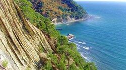Туристам понравятся живописные виды с окрестных скал.