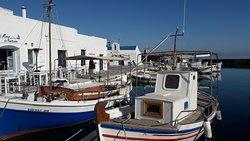 """Voici un côté du port de pêche de Naoussa. On peut y voir le bon restaurant """" Mare Nostrum """" où l'on a dégusté de très bons calamars frits."""