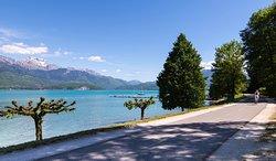 Partez de la piste cyclable au pied du camping et rejoignez le lac d'Annecy en quelques minutes !