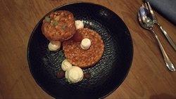 Dessert: deconstructie van appeltaart (met: vanille crème, rum rozijnen, appelgel, koekjes crumble, appelcompote, speculaas ijs)