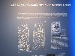 Musée Emile Chénon - Archéologie Gallo-Romaine. Vue 62. Les Statues Gauloises en Pierre, sont de 2 Types ; 1- La Statue-Buste (ici, 1 Torque Collier) et 2-Personnage-assis-en-Tailleur. Châteaumeillant -Mediolanum.