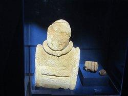 Musée Emile Chénon - Archéologie Gallo-Romaine. Vue 64. Statues Gauloises en Pierre, 2 Types ; 1 Statue-Buste et 2 Personnage-assis-en-Tailleur (ici, Torque Cou et Main en Ronde-Bosse) Châteaumeillant -Mediolanum.