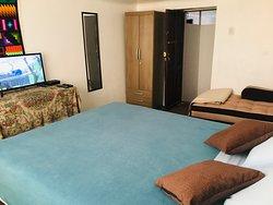 Habitación c/ cama Queen 18m2, tv por cable, wifi, netflix.