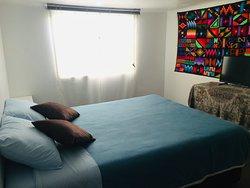 Habitación c/ cama Queen, entrada de luz natural.
