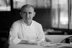 Paco Pérez - wybitny kataloński szef kuchni, wizjoner i pasjonat sztuki kulinarnej. Słynie z innowacyjnego podejścia do kuchni śródziemnomorskiej i zamiłowania do unikalnych, regionalnych składników. Dzięki bogatej wiedzy popartej talentem i umiejętnościami, zdobył w swojej karierze aż 5 gwiazdek Michelin.