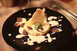 Medaglione di polenta con chips di riso , fonduta di formaggio e tartufo