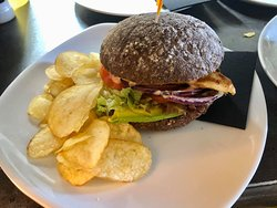 De Dames chicken burger: waldkorn bread with grilled chicken fillet, lettuce, tomato, red onion, avocado, spicy cocktail sauce and chips!
