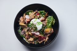 Салат с пастрами из индейки с яйцом пашот