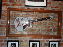 Hotel Dolina Charlotty , sciana  atrakcji legend rocka gitara Carlosa Santany w prezencie dla gości hotelu