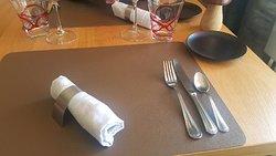 La table sobrement dressé