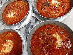 Sopa de tomate acompanhada de toucinho frito