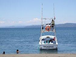 Esta es nuestra embarcación, donde lo atenderemos como se lo merece. Damos servicio de comidas, bebidas gaseosas, aguas, cervezas, y Frutas.  Y siempre nos esforzaremos por brindarle una buena pesca.