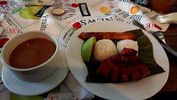 フリホーレスという豆のスープに、チチョロンという豚肉の揚げ焼き、アボカド、調理バナナとライス。白トウモロコシのパンもありました。