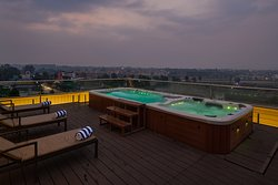 Rooftop Jacuzzi and Swimzone