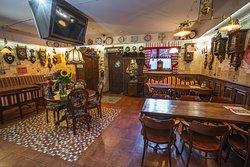 Интерьер ресторана украшает 64 антикварных часов