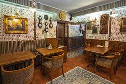 По середина зала на полу уложена антикварная французская метлахская плитка