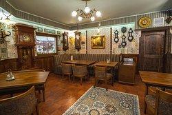 Интерьер ресторана украшают 23 старинных барометра