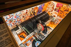 Музыкальный автомат Jukebox немецкой фирмы NSM, 1979 г.в., воспроизводит музыку 80 виниловых пластинок