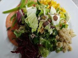 Ensalada con Quinoa y Queso feta o Salmón