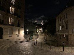 Une vue magnifique de Montmartre de nuit, très loin des clichés touristiques !