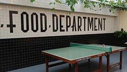 Tischtennisplatte im Food-Court
