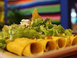 CRI CRI: 5 flautas fritas de maíz rellenas con pollo, lechuga, pico de gallo y queso. Acompañadas con guacamole, crema agria y totopos.