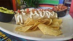 KIKO: Burro relleno con frijoles refritos, Carne al Pastor, queso mozarella, pico de gallo, lechuga y aderezo. Acompañado de totopos, pico de gallo, crema agria y guacamole.