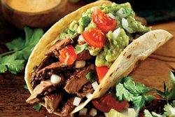 TIGRES: 3 tacos de carne asada en tortilla de trigo, lechuga y crema agria. Acompañados con totopos, pico de gallo, guacamole, frijoles refritos y limón.