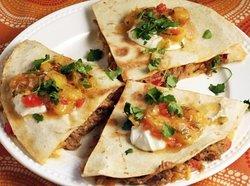 LA YUCATECA: Tortilla de harina de trigo rellena con queso asadero y Cochinita Pibil. Acompañada de totopos, pico de gallo y guacamole. (recomendada)