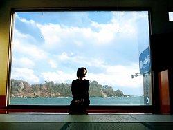 大広間の大きな窓からは館山崎の絶景が見えます。最高にフォトジェニックなポイントです。