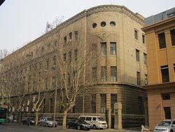 勝利橋の反対側にある旧郵政局でしょうか?1