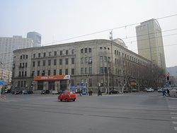 勝利橋の反対側にある旧郵政局でしょうか?2