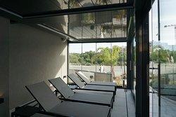 miejsca do odpoczynku przy saunach i basenie wewnętrznym
