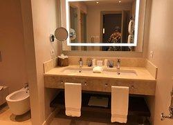 Bagno grandissimo in marmo con sala lavabo dotata di specchio zoom retroilluminato, sala doccia (con grande soffione) e sala WC e bidet.