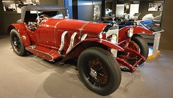 Phénoménal,  un musée qui fait plaisir.  Une bande de copains retraités qui vous font apprécier encore plus ces belles voitures.